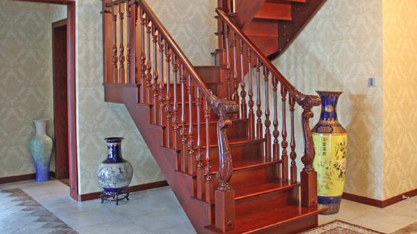 实木楼梯具备哪些特性?