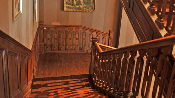 家庭装修原木楼梯与钢木楼梯哪个好?
